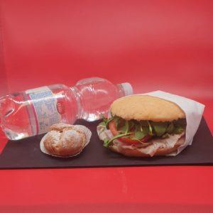 Panino senza glutine con acqua e pasticcino